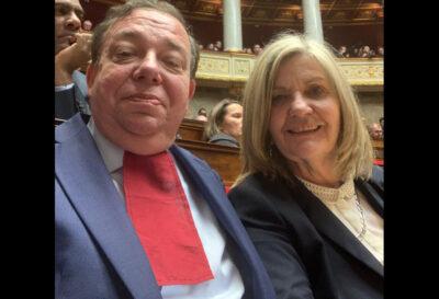 Christian Hutin arbore un rabat rouge en solidarité avec les avocats
